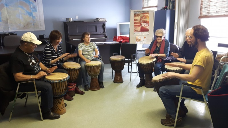 Photo de quelques participants du groupe à Amqui en train de suivre un atelier de percussion